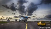 KLM Boeing 787-9 Dreamliner (door de voorruit van de bus)