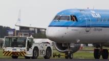Embraer moet even wachten en de brake operator legt alles vast met zijn telefoon