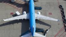 KLM Boeing 737 bij de gate