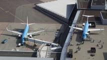 KLM Boeing 737 bij de gate en KLM F100 op het panorama terras