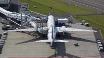 KLM Boeing 777 in Skyteam kleuren bij de gate