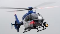 Helicopter van de politie volgt de runway-run