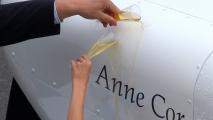 Met Jip & Janneke champagne, werd het vliegtuig gedoopt