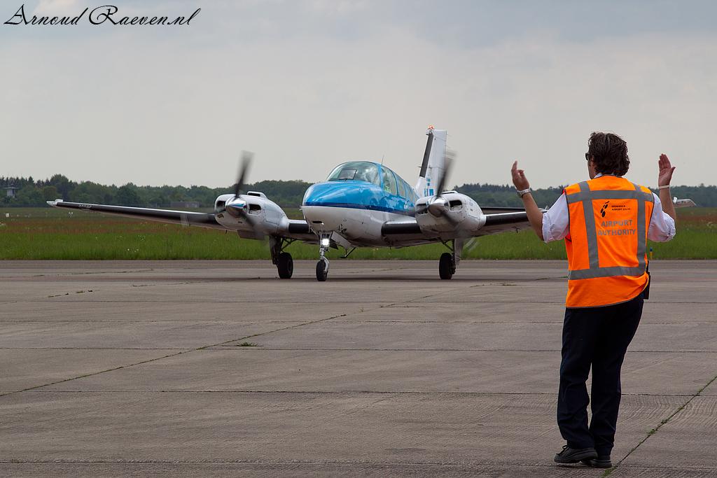 KLM Beechcraft wordt binnen geloodsd