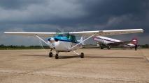 KLM Cessna 172 met de DC3 op de achtergrond