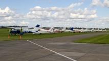 Vliegtuigen staan klaar om alle kinderen rond te vliegen
