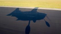 Schaduw van PH-KMR vlak voor de landing op Eindhoven