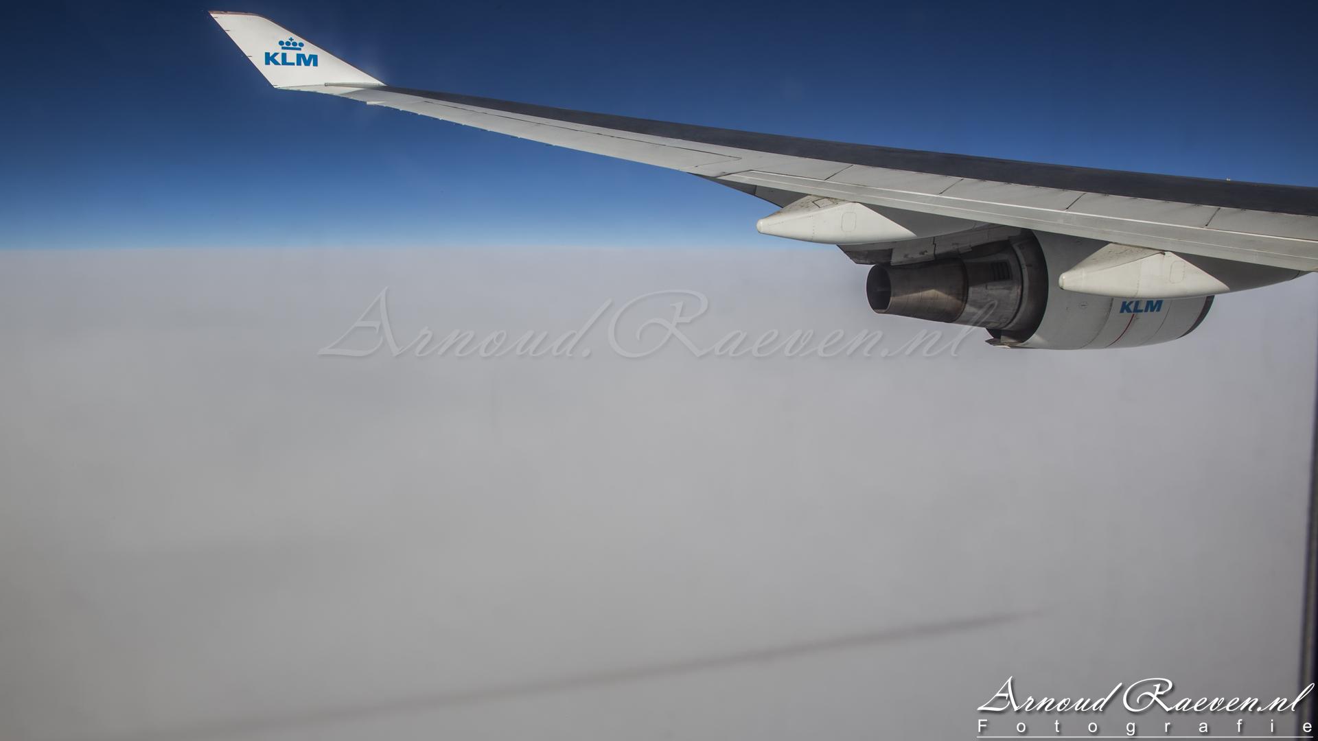 Schaduw van het contrail op de wolken