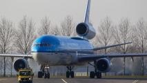 MD-11 taxied vanaf de Polderbaan naar het platform