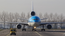 Film auto rijdt voor de MD-11 uit