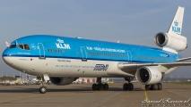 De MD-11 draait de standplaats op.