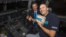 Captain Charley Valette en ik samen met het boek in de cockpit van de MD-11