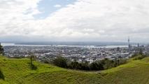 Panorama uitzicht vanaf Mount Eden richting Auckland