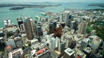 Centrum van Auckland vanuit de Skytower, Rangitoto op de achtergrond