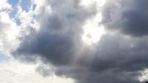Zonnestralen door de wolken heen