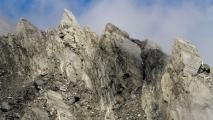 Rakelings met de heli langs scherpe bergtoppen