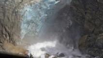 Een waterval stort zich langs de Fox Glacier