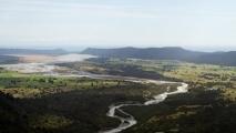 Het smelt water van de Fox Glacier stroomt richting de Tasmaanse Zee