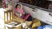 Blije baby in een kartonnen doos