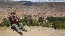 Een Peruaan met muziekinstrumenten bij Cusco