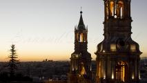Zonsondergang bij Plaza de Armas in Arequipa