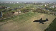 Shaduw van de Boeing 747-400 goed zichtbaar vlak voor de landing op 18R