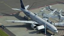 KLM Boeing 777 bij de gate