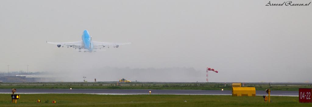 KLM 747 in take off op een natte startbaan